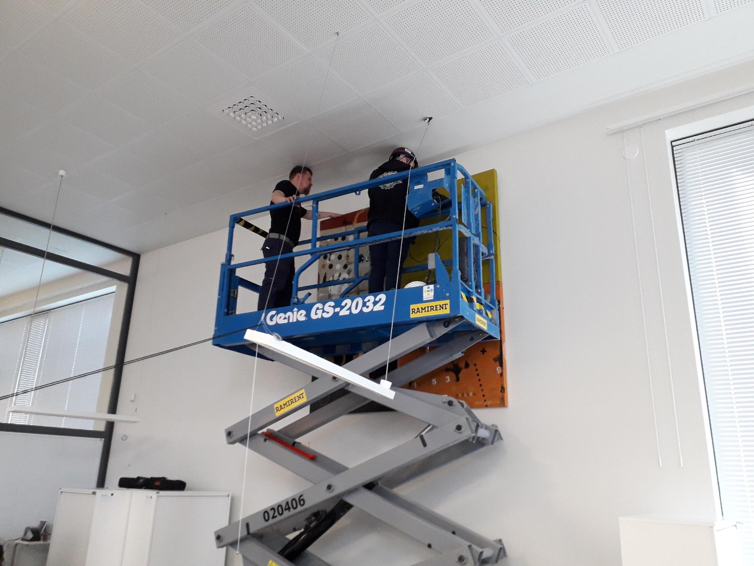 Teosten alas saaminen seinältä vaati välillä henkilönostimen käyttöä. Kuva: Tiina Tolonen.