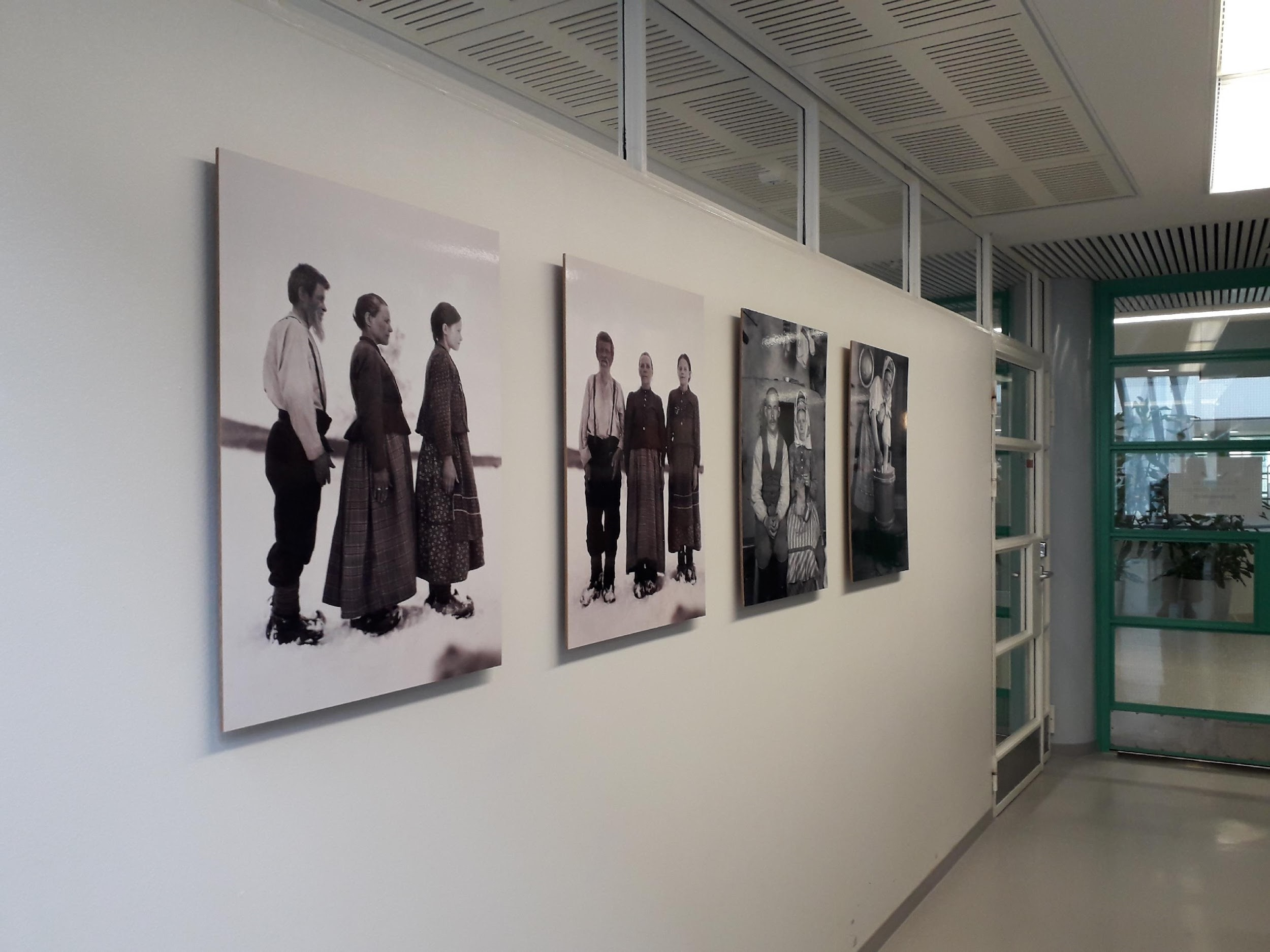 Taidetta tuli myös Tiedekirjasto Pegasukseen. Kuvassa Karl Nickulin saamelaiskuvia 1930-luvun alkupuolelta. Kuva: Tiina Tolonen.