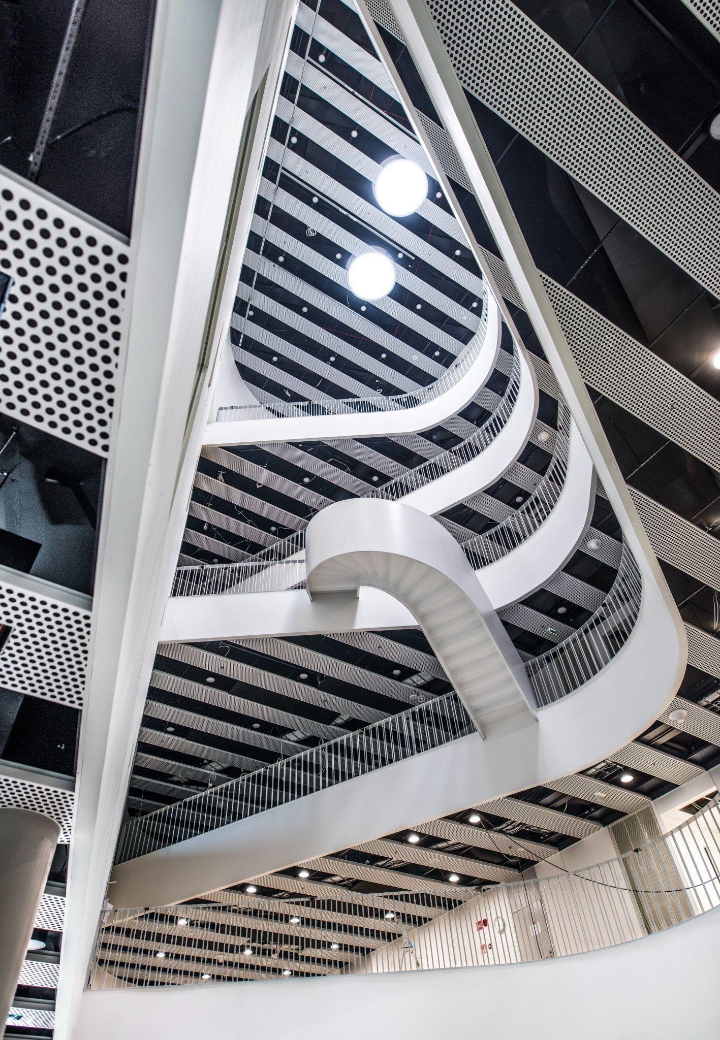 Myllypuron kampuksen kuvatuin kohta on A-talon valokuilu. Kuvassa keskellä näkyvä kiekura on kolmannen ja neljännen kerroksen yhdistävät portaat. Kuva: Metropolian kuvapankki