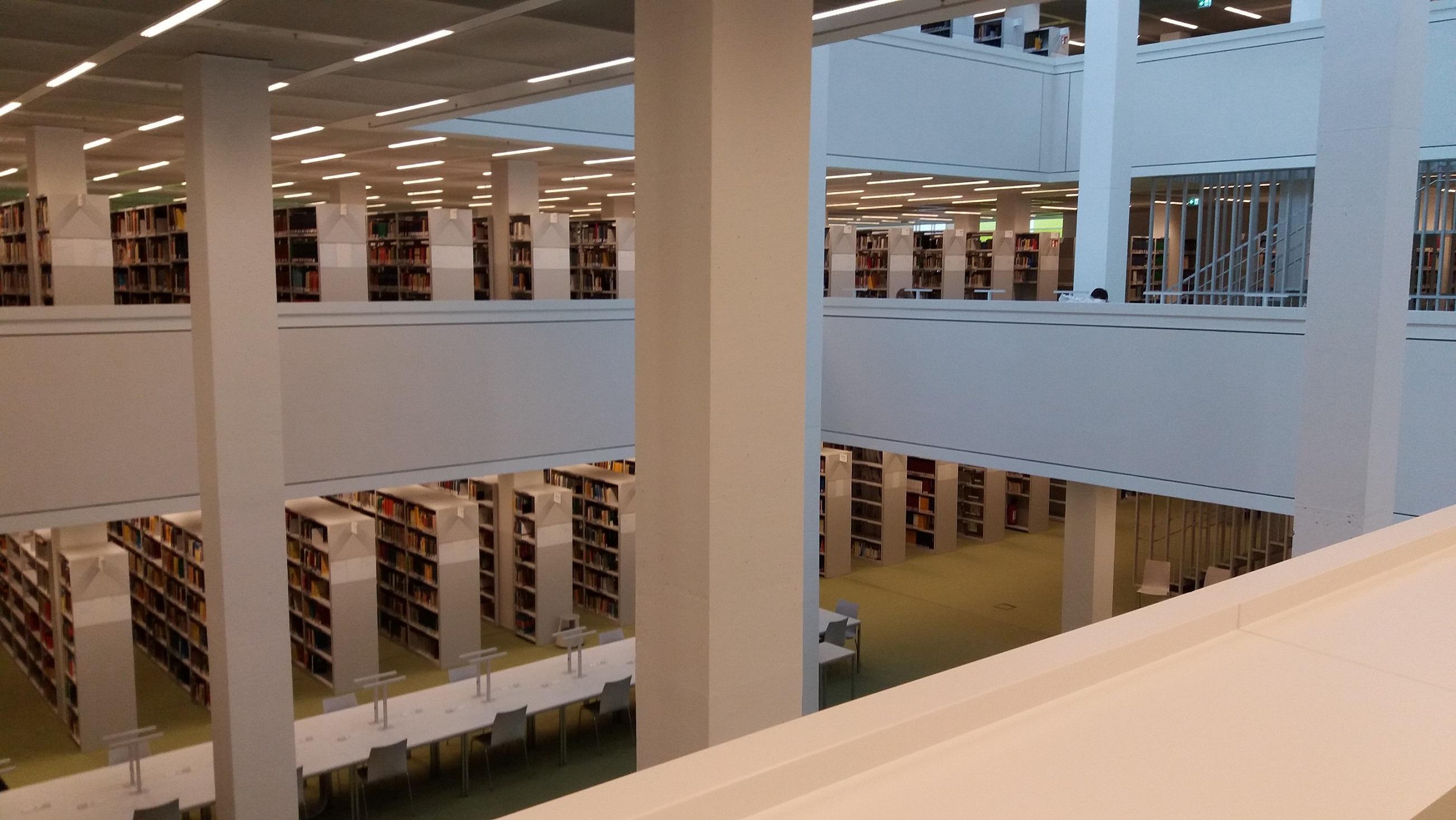 KUVA 4: Kampuskirjastossa ollaan eri mittakaavassa kuin piskuisessa Kareliassa.