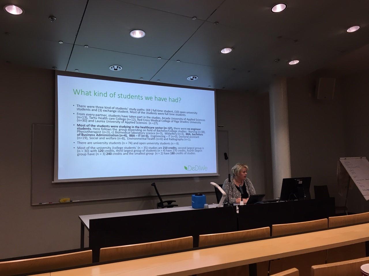 DeDiWe-hankkeen seminaarissa Outi Ahonen pitää esitystä.