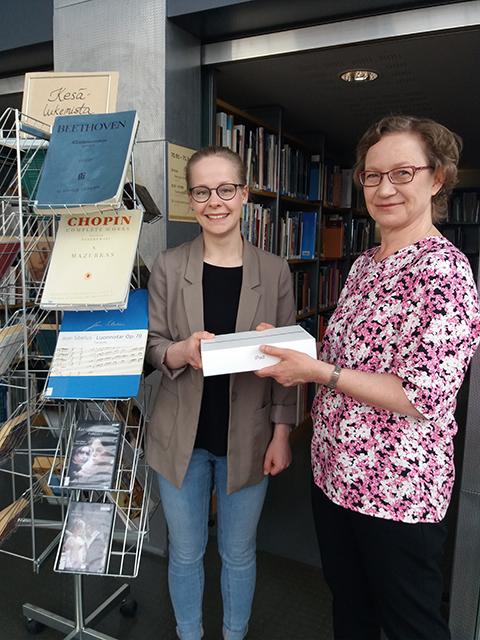 Käyttäjäkyselyn palkinnon luovutus Turun ammattikorkeakoulun kirjastossa