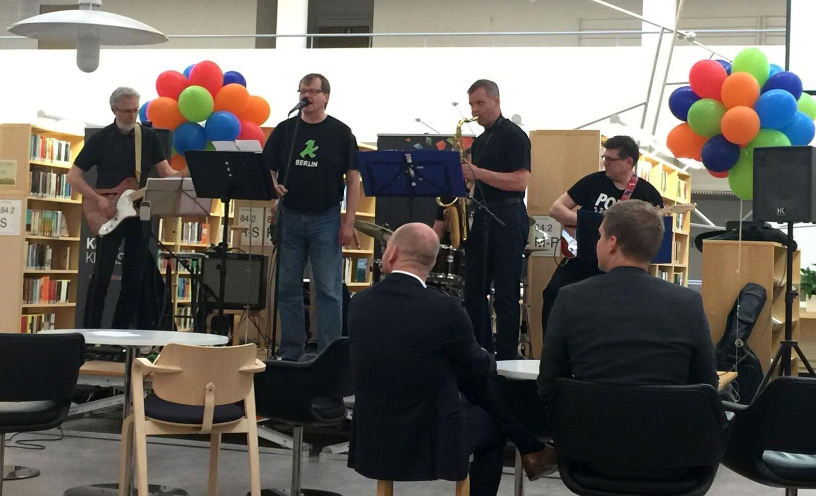 Tutuista kirjastolaisista koostuva Teräshylly-bändi viihdytti Jyväskylän kaupunginkirjaston illanvietossa.