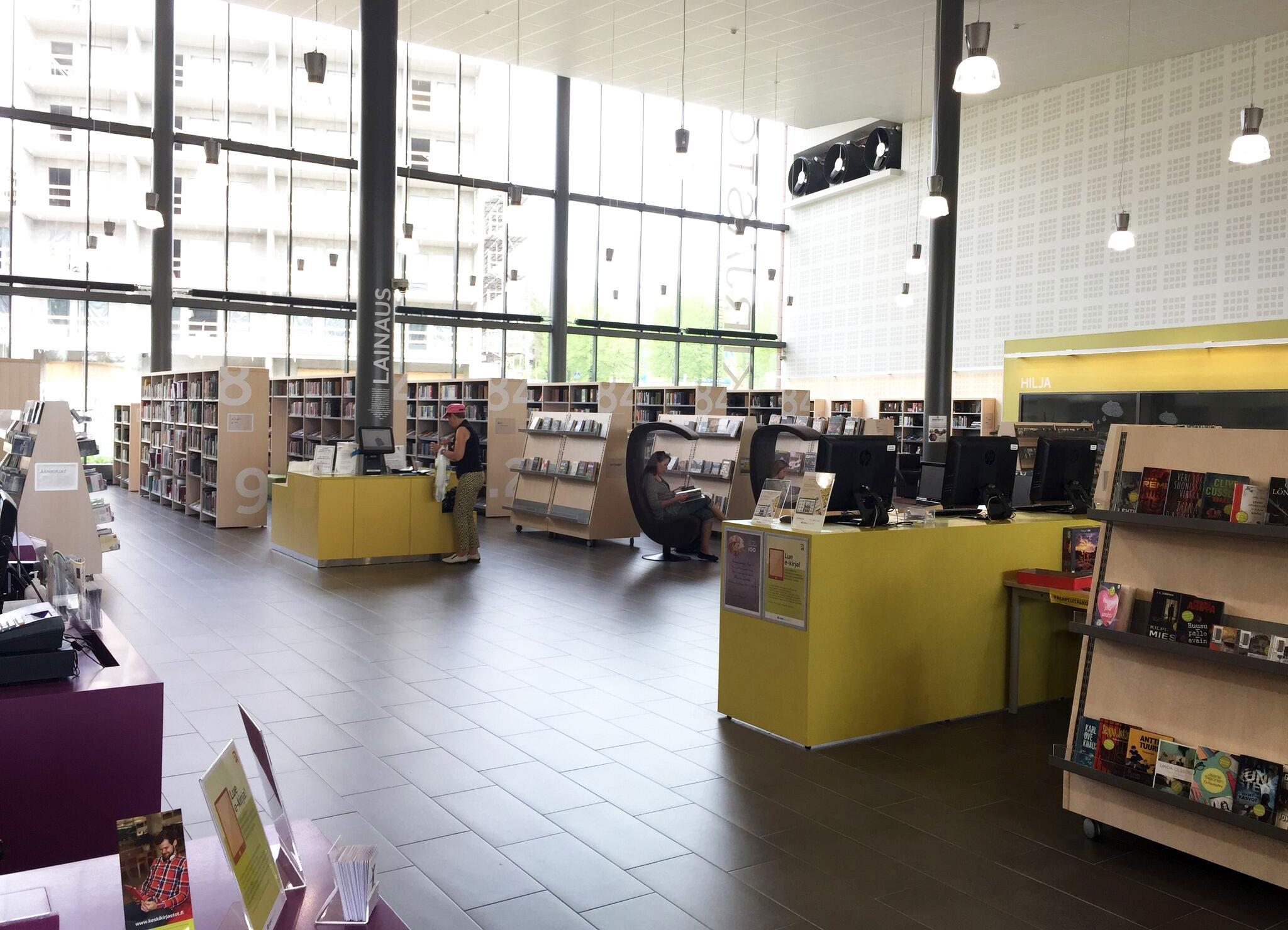 Luentojen ohella Kirjastopäivien aikana oli mahdollista tutustua Jyväskylän kirjastoihin ja mui-hin uusiin oppimistiloihin. Kuvassa näkymää Palokan aluekirjaston vuonna 2012 käyttöönotetuista tiloista.