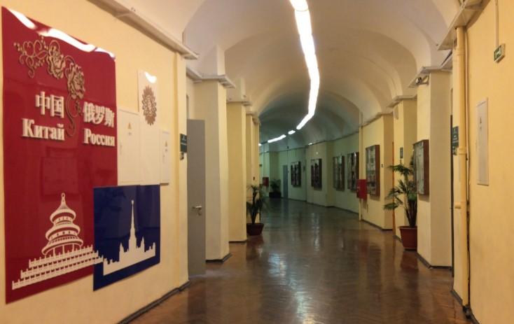 UNECONin kirjasto on pitkä kaareva käytävä, jonka varrella on lasivitriineissä kirjoja. Seinän vierellä syvennyksissä on penkkejä ja viherkasveja sekä ovia eri osastoihin: lukusali, Kiina-sali, lainaustoimisto jne.
