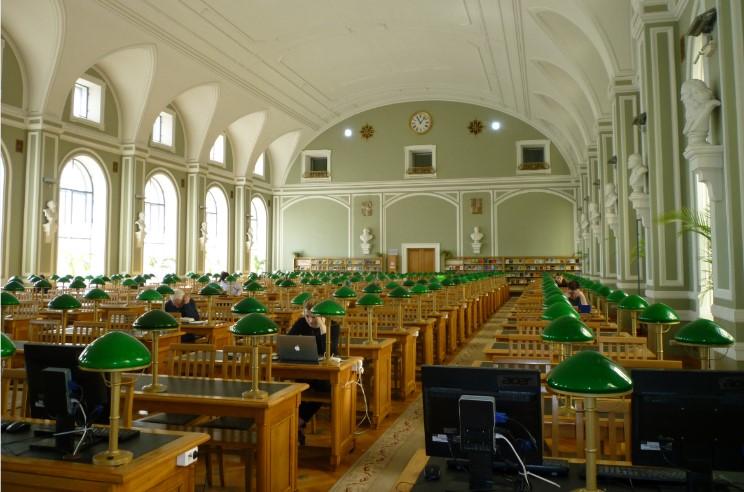 Venäjän kansalliskirjastosta löytyy lukutilaa: 200-paikkaisessa lukusalissa oli aurinkoisena perjantaiaamuna vain muutama asiakas.