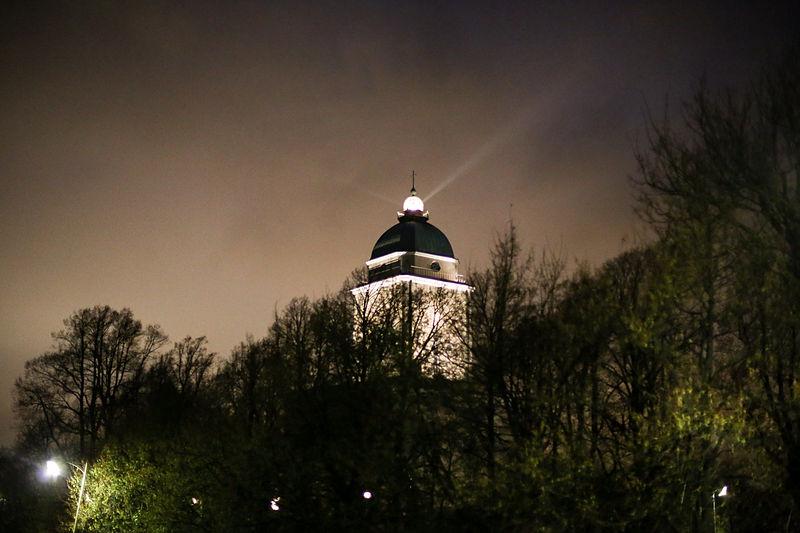 Suomenlinnan kirkko yöllä.