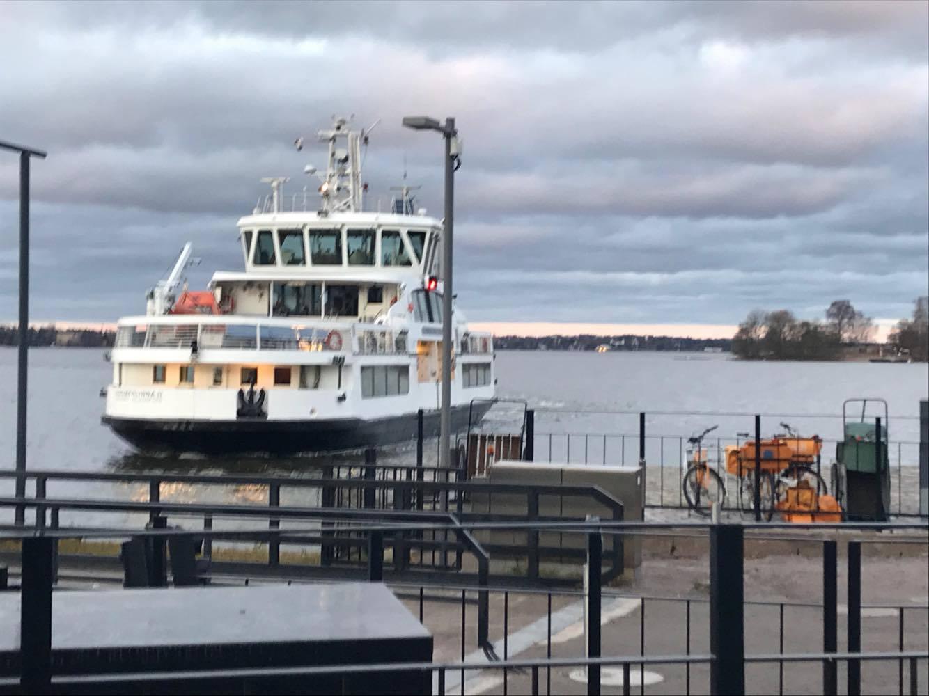 Suomenlinnan lautta saapuu laituriin.
