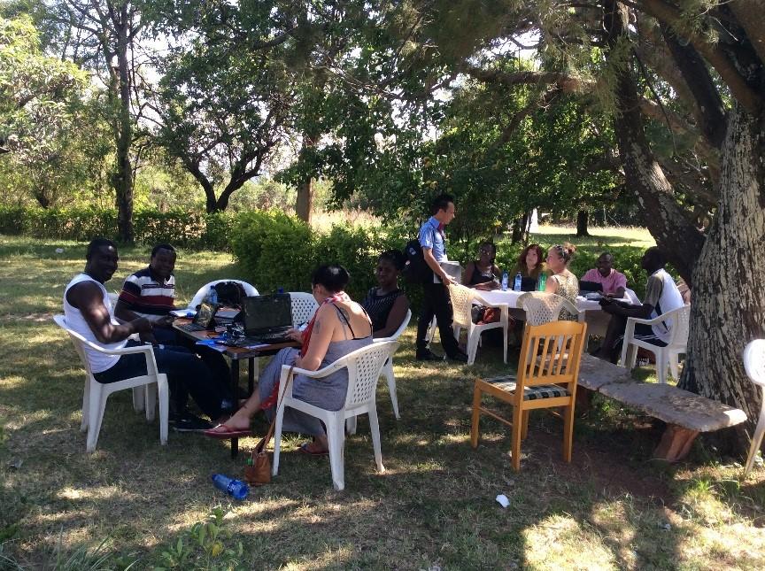Ryhmätöitä Global Health –opintojen kenttäjaksolla Kendussa.