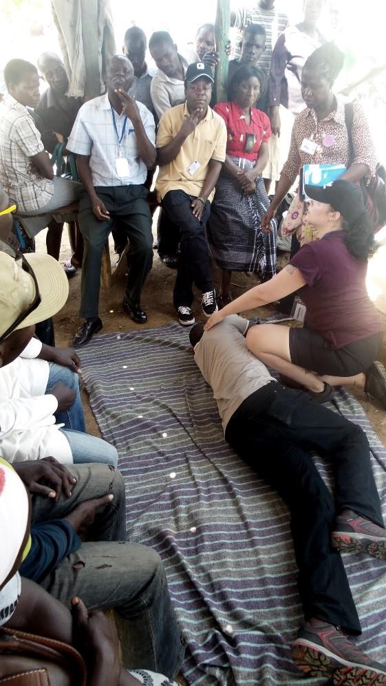 Opiskelijoiden mini-interventiot käynnissä Kendu Bayssa, ensiavun opastusta moottoripyöräkerholaisille