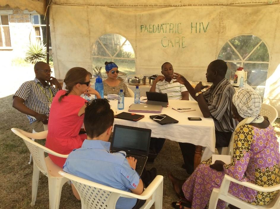 Opiskelijaryhmä työskentelemässä opettajan ja paikallisen oppaan kanssa.