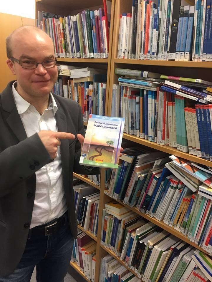 Kuva 2. Poistokirjojen markkinointia vanhalla kirjastolla.