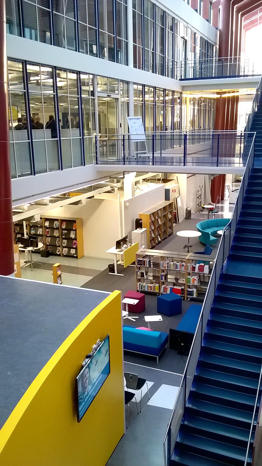 Kirjasto näkyy monesta suunnasta ja lasinen katto on korkealla.