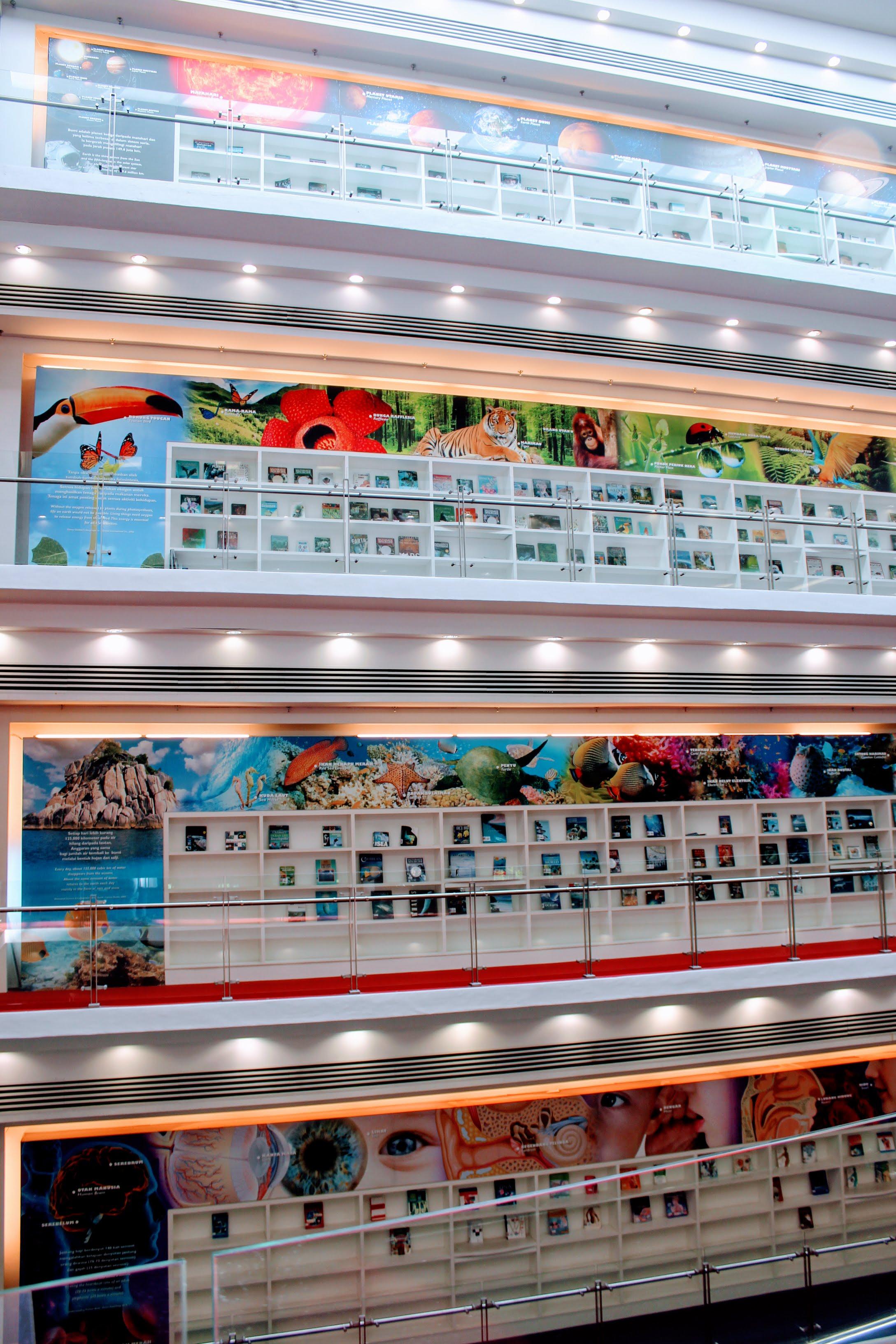 Kuva 3:  Selangorin kirjaston eri kerrosten kirjanäyttelypisteitä reunusti aiheeseen sopiva seinäkuvitus. Kuvaaja: Pirjo Kangas