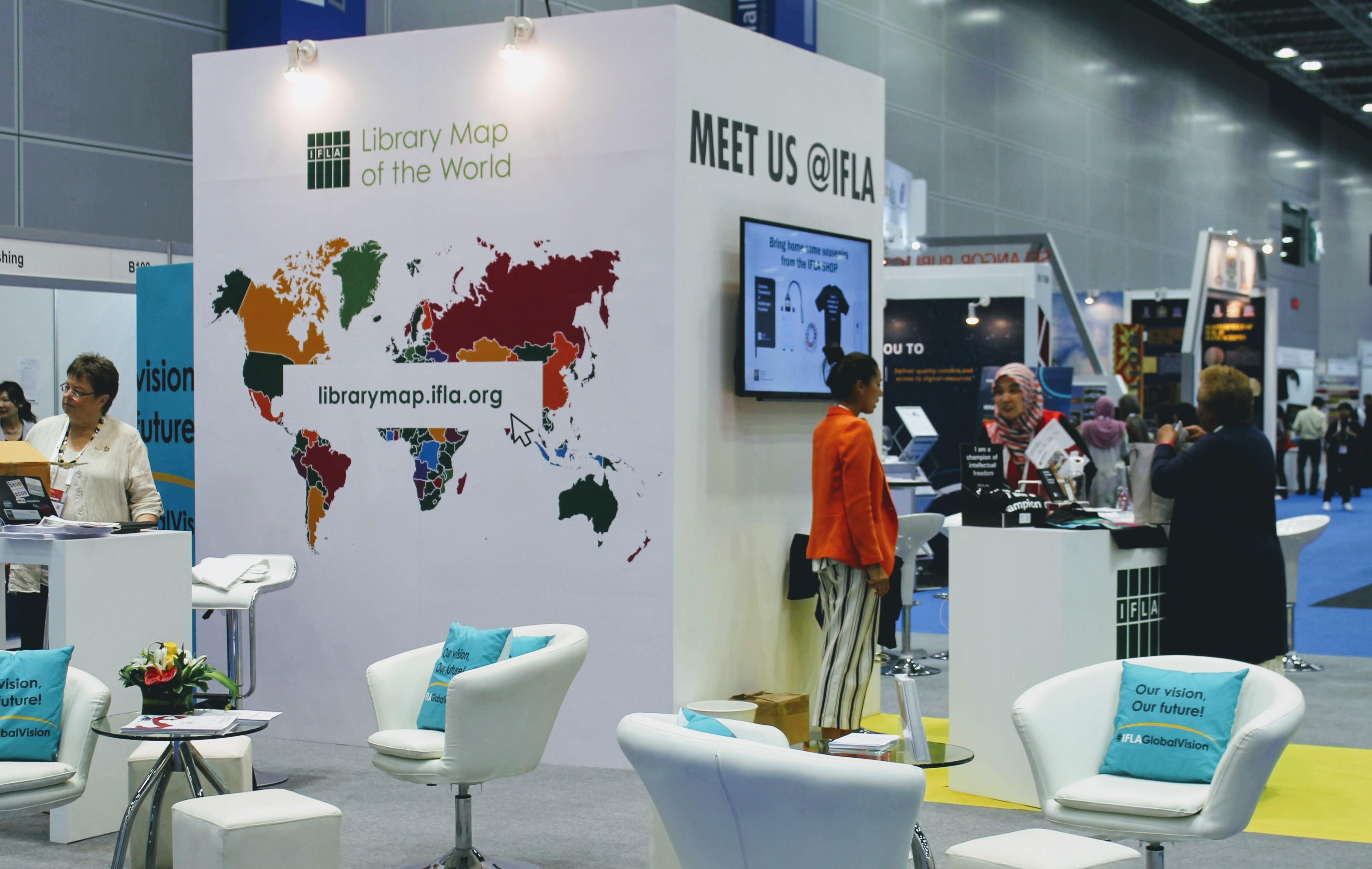 Kuva 5: Uusi Library Map of the World -palvelu oli näkyvästi esillä IFLAn näyttelyosastolla. Kuva: Pirjo Kangas