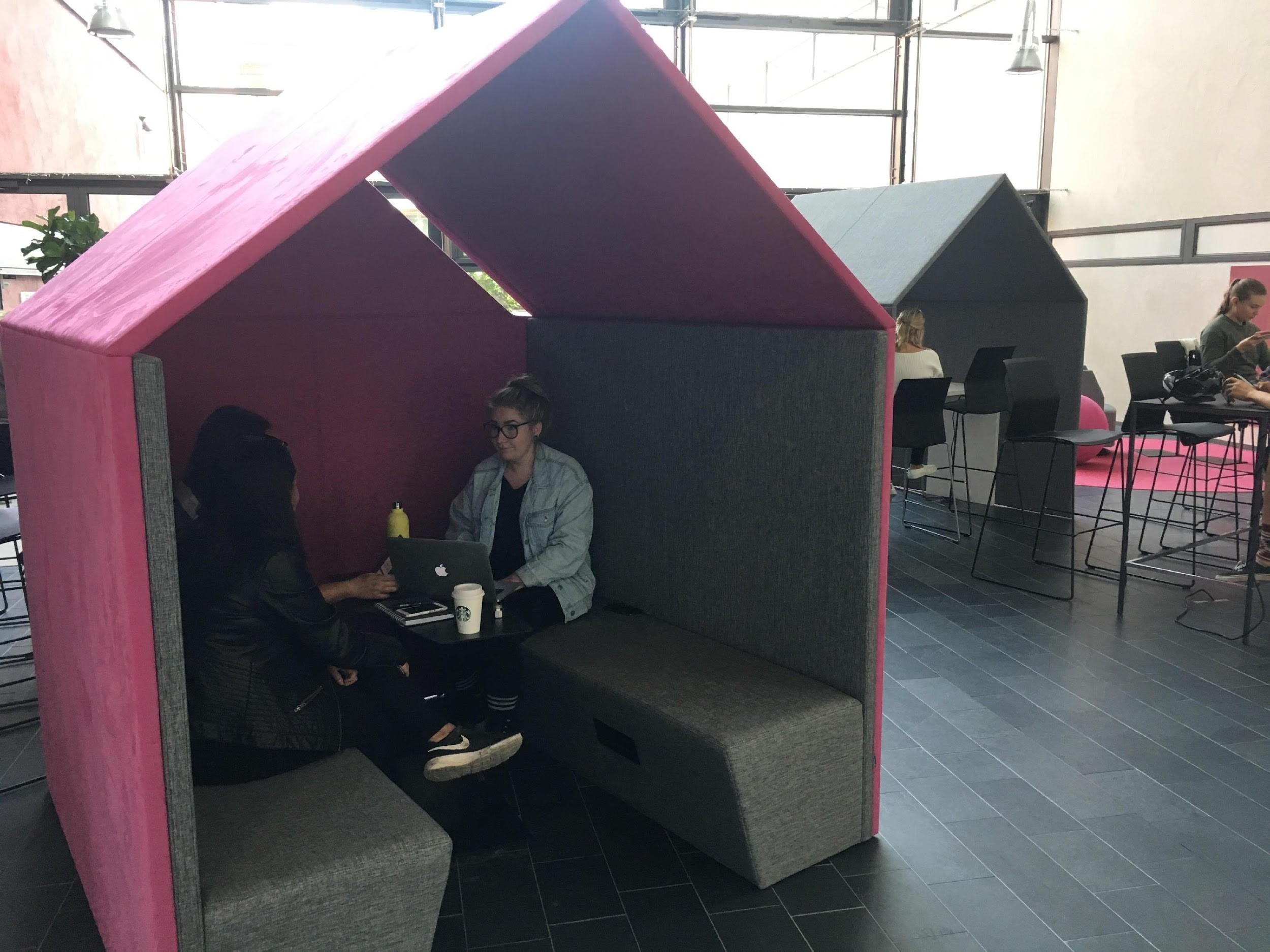 Bild 2. HUT-möbler på chattorget. ©Sarah Hagström