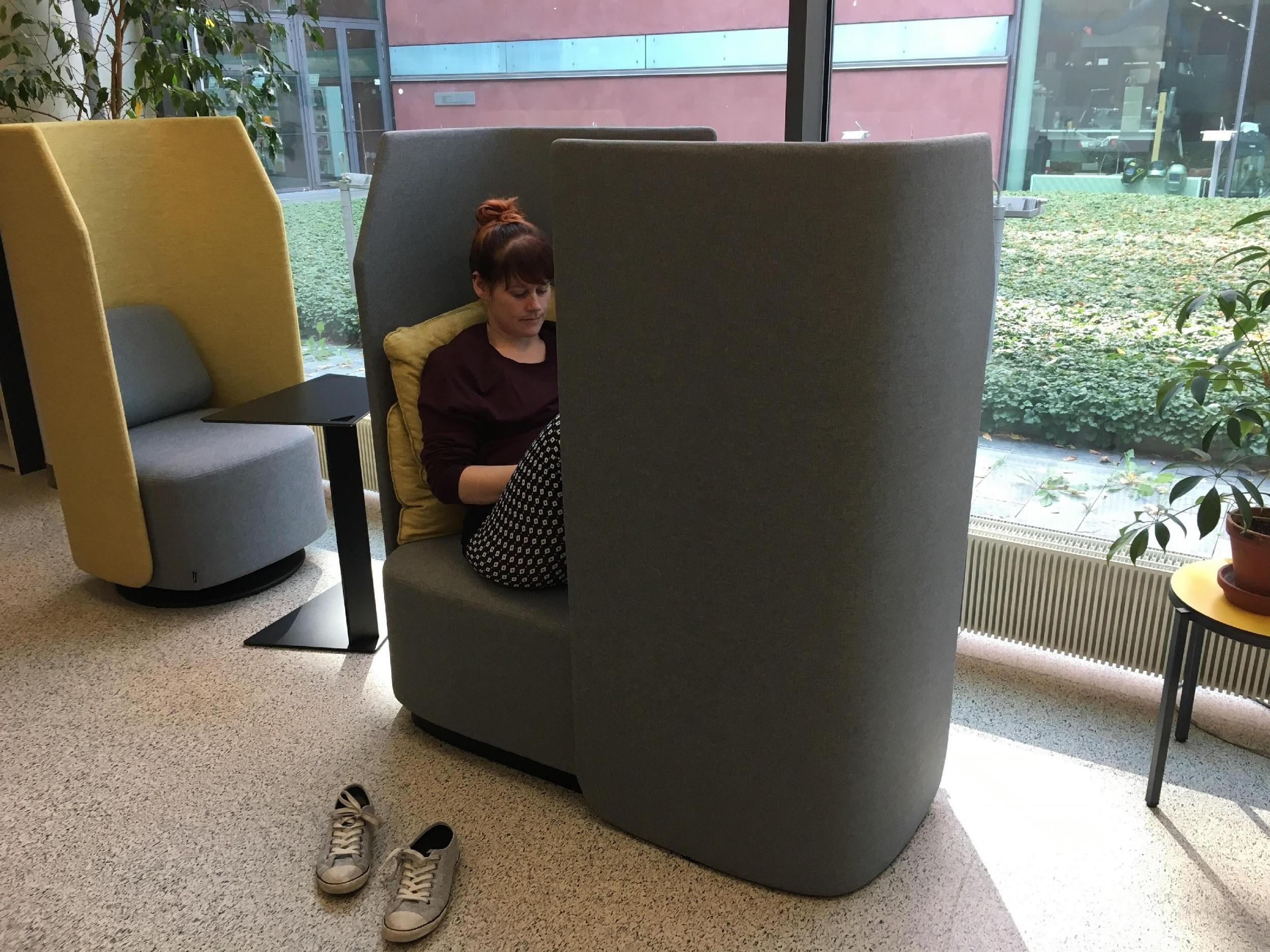 Bild 3. Fields-stolar för en respektive två personer i biblioteket. ©Sarah Hagström