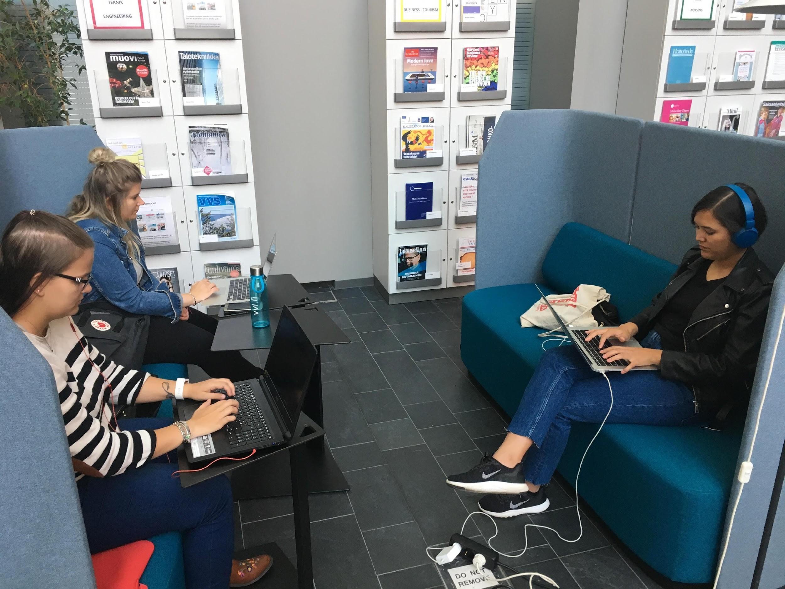 Bild 4. Studier på gång i bibliotekets tidningssal. ©Sarah Hagström