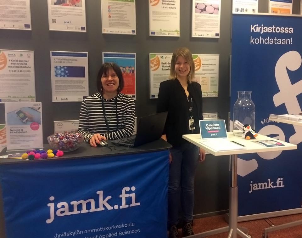 Kirjastonhoitajat Heli Fält ja Jenni Piik pääkampuksen Pop-upissa
