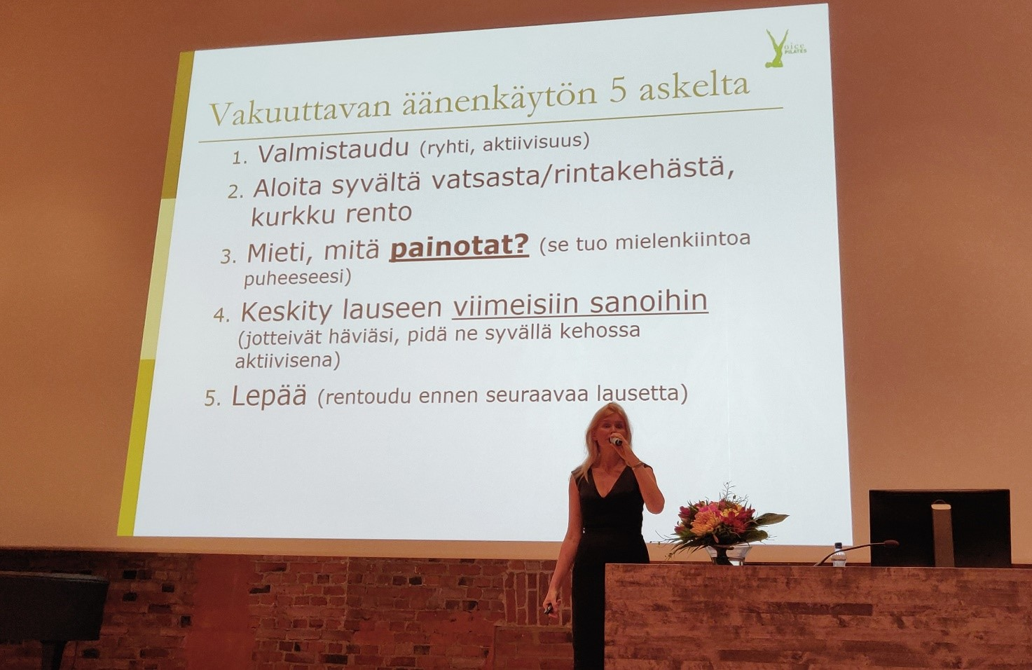 Katri-Liisa Vainio pani osallistujat harjoittelemaan vakuuttavaa äänenkäyttöä.