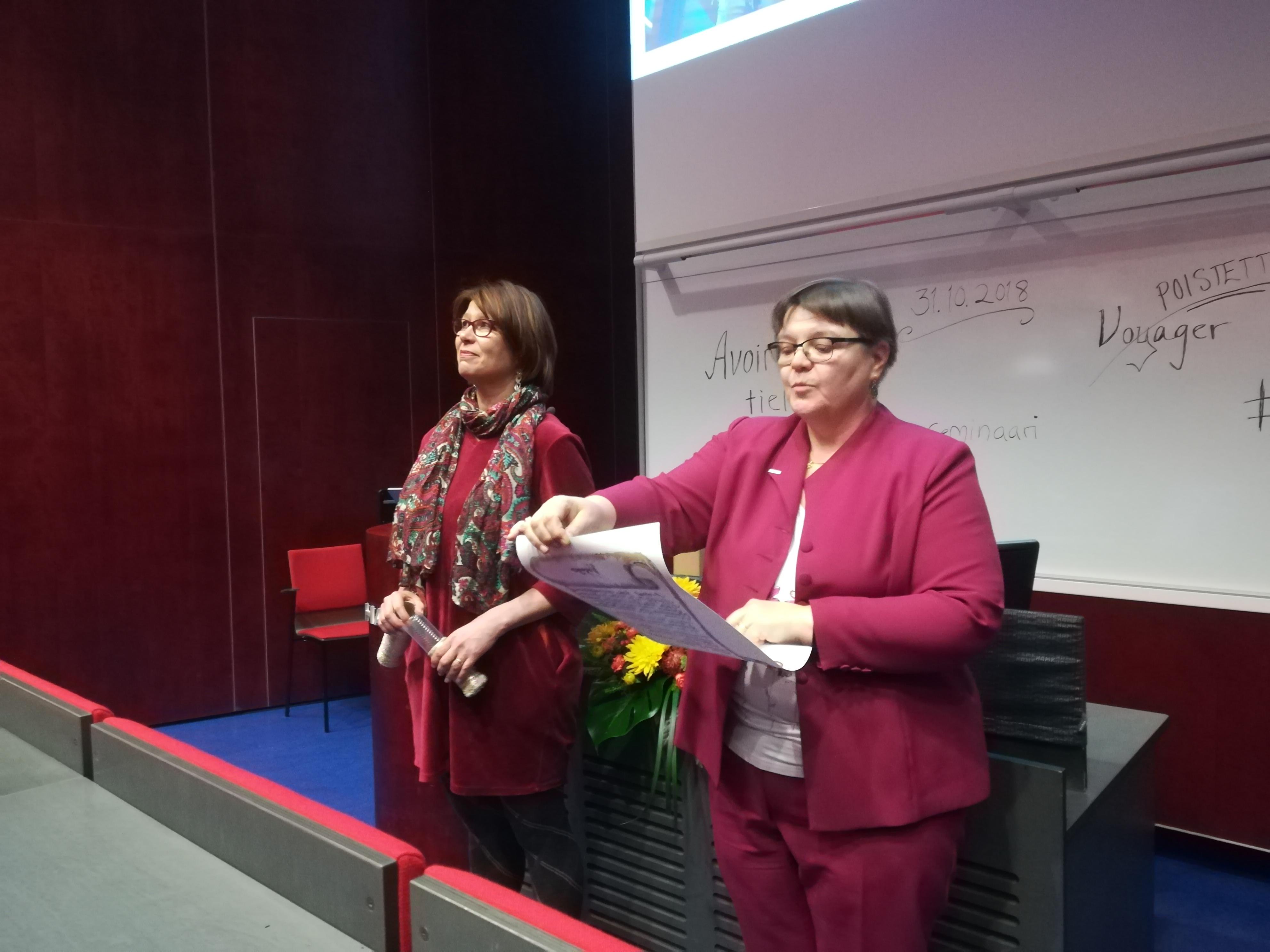HAMKin Sinikka Luokkanen  ja Minna Kivinen siirsivät Kohan käyttöönottoseminaarissa käyttöönoton viestikapulan eteenpäin seuraavalle organisaatiolle.