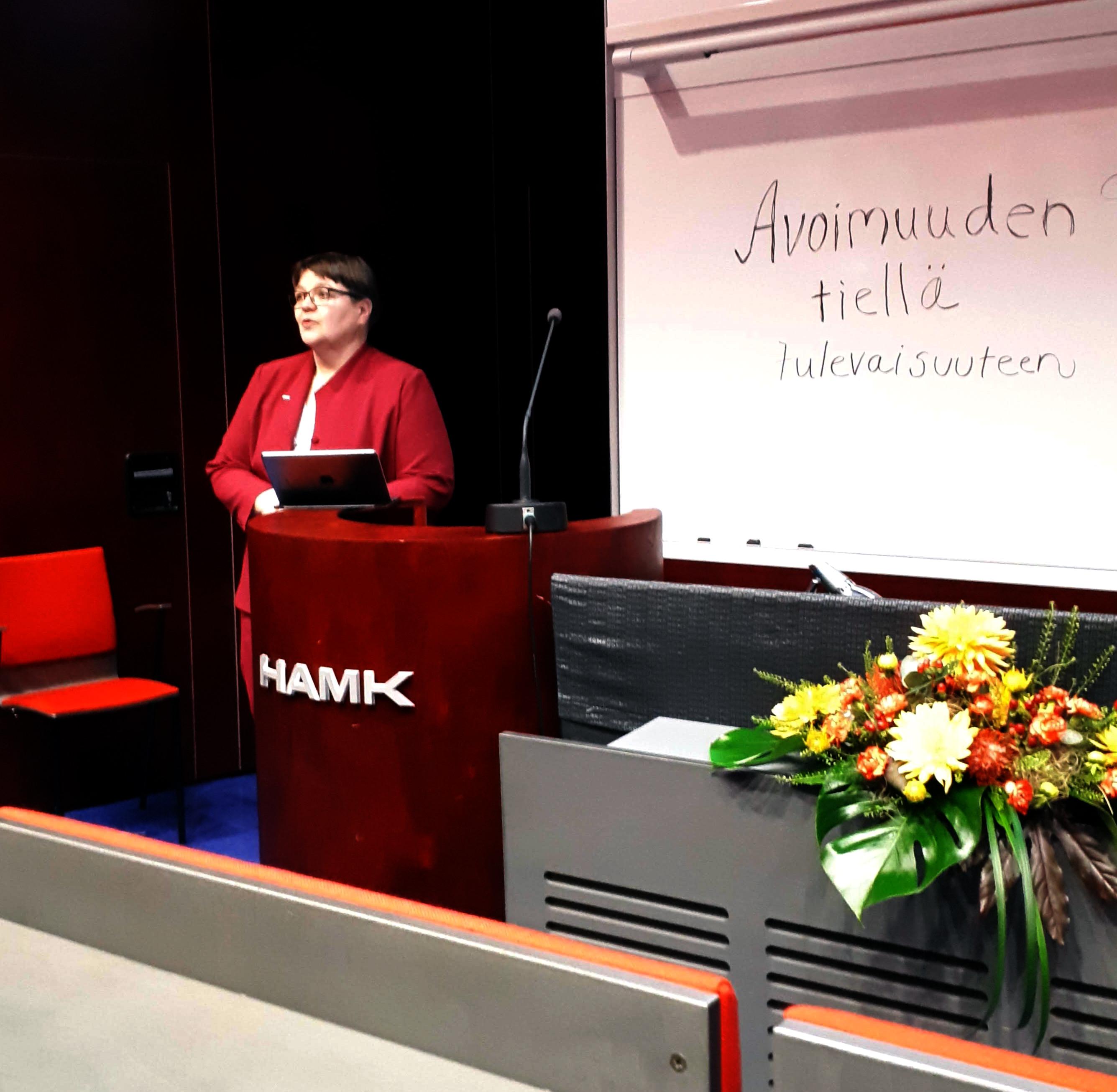 Sinikka Luokkanen kertoi Kohan käyttöönottoseminaarissa HAMKin ensimmäisestä viikosta Koha-kirjastona.