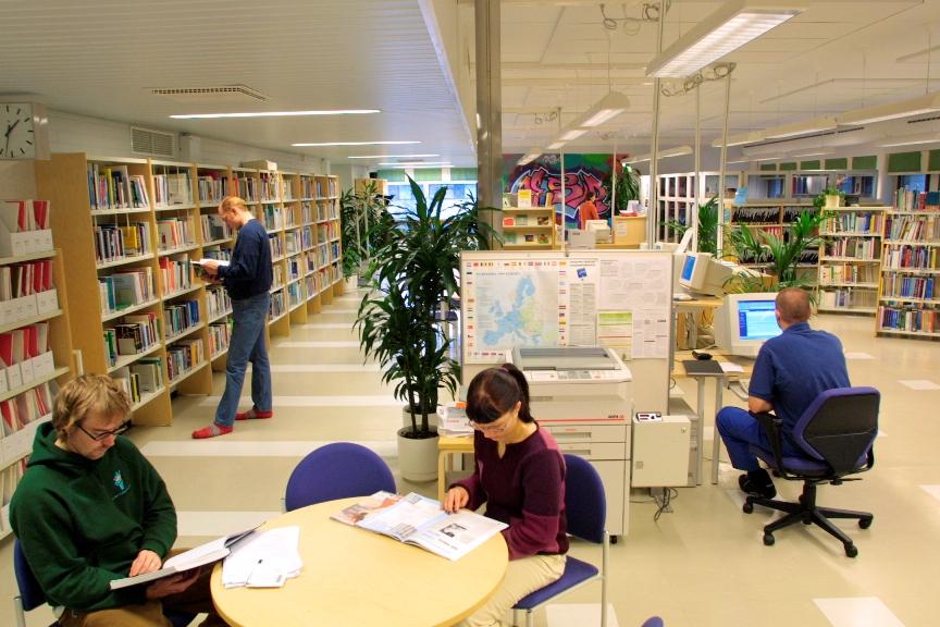 Hoitajankadun tietokeskus on toiminut alusta lähtien samoissa tiloissa. Kuvassa ahkeria opiskelijoita 2000-luvun alkupuolelta.