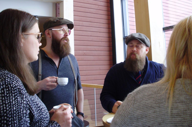 ASUA Groupin parrakkaat miehet Jarno Hämäläinen ja Markus Koskinen pohtivat kahvitauolla tiedolla johtamisen merkitystä markkinoinnissa.