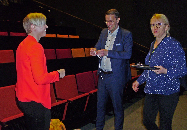 Salla-Maaria Laaksonen, Harri Jalonen ja Miia Kosonen valmistautuvat iltapäivän puheenvuoroihin.