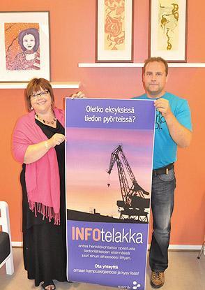 Elina ja Toni pyörittävät INFOtelakkaa Huittisissa.