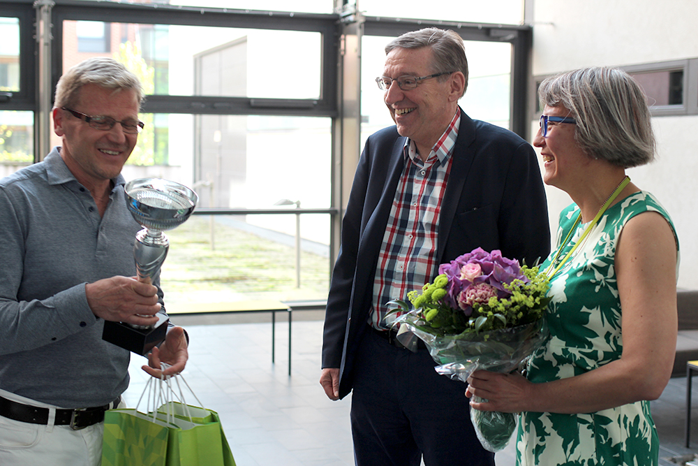 Kuvassa Kari Tiainen, Arcadan rehtori Henrik Wolff ja joukkueen kapteeni Ann-Kristin Åvall. Kuva Andréa Högberg.