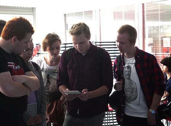 Hei Masto-Finnasta löytyy! LAMKin aloittavat opiskelijat tietokilpailusovellus Kahootilla järjestetyn visailun pyörteissä syksyllä 2014. Kuva LAMK Viestintä.