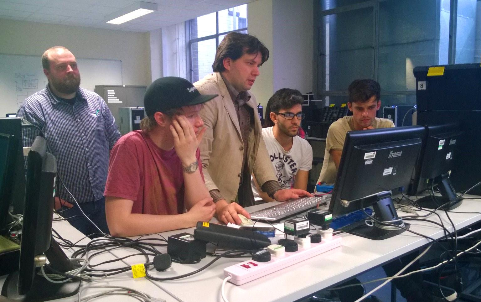 Kuva 2. Laboratorioissa tehdään tuttuun tapaan ryhmätöitä.
