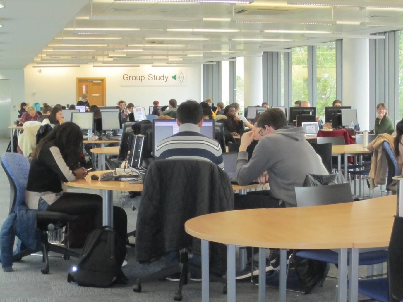 Kuva 8. Iltapäivällä kirjaston kaikki työskentelytilat ovat täynnä.