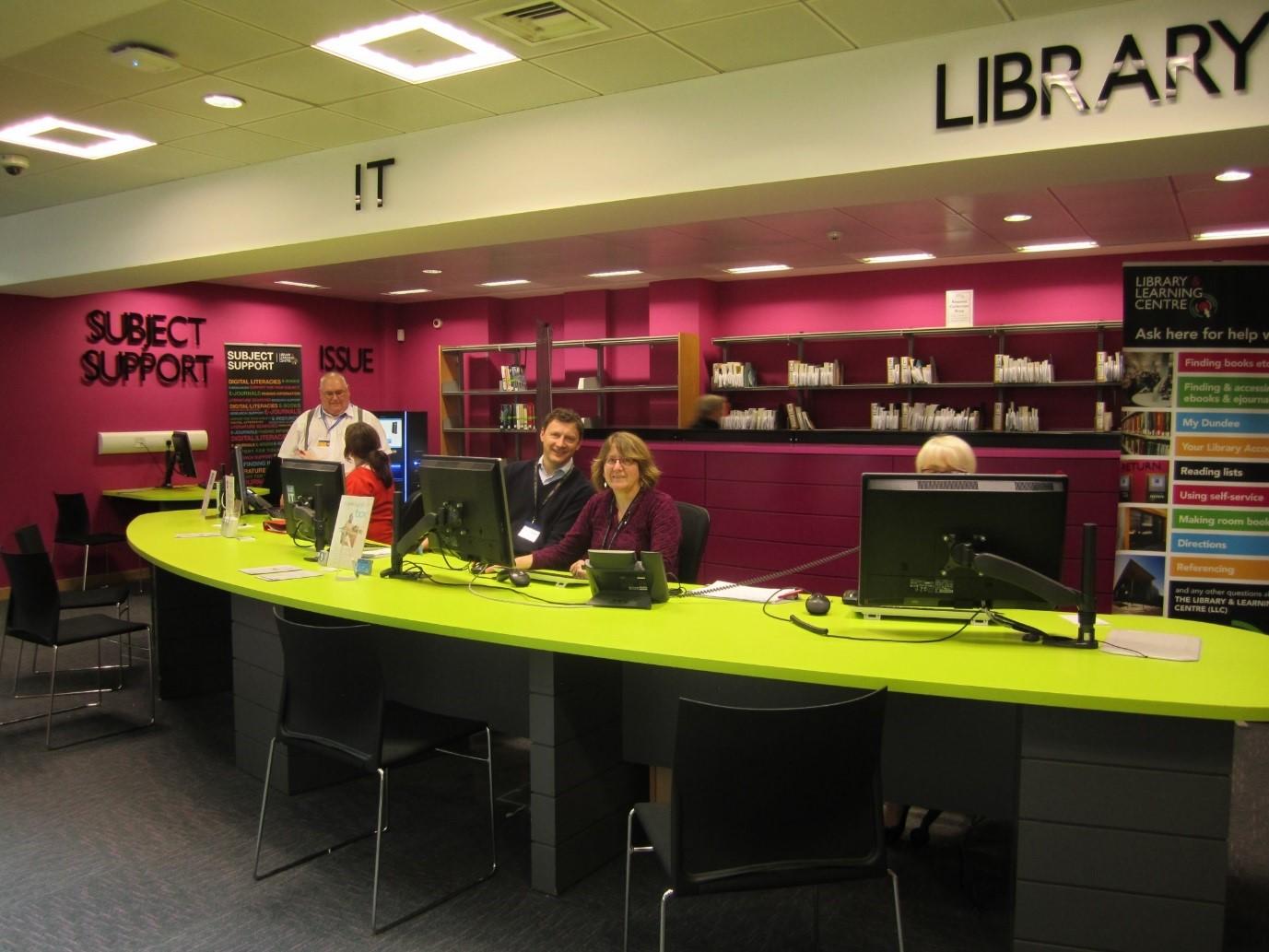 Kuva 11.  InfoZone, kirjaston ja tietohallinnon yhteinen toimipiste pääkirjastossa.