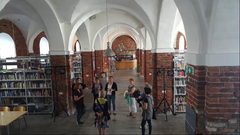 Kirjastonjohtaja Kaja Vaabel esittelee Pärnun kampuskirjastoa. (Kuva Minna Buska)